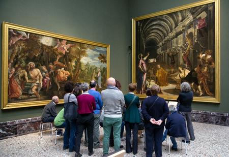 MILAN, ITALIE - 14 AVRIL: Visiteurs regardant la peinture du Tintoret La découverte du corps de Saint Marc dans la galerie Pinacoteca di Brera le 14 2 018 avril à Milan