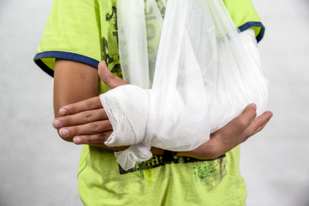 Child with broken arm in cast Banque d'images - 106630710