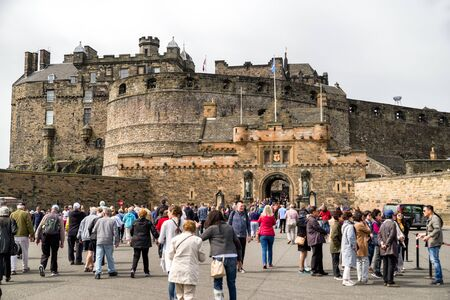 EDINBURGH, SCOTLAND - MAY 18: A lot of people in front of Edinburgh casle on May 18. 2018 in Edinburgh Éditoriale
