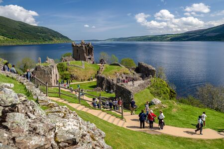 Ruins of Urquhart castle and lake Loch Ness, Scotland 新聞圖片