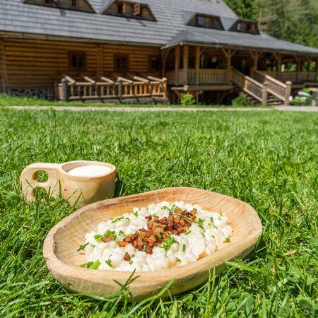Słowackie knedle ziemniaczane z bryndzove halusky - narodowa kuchnia Słowacji przed typową chatą Zdjęcie Seryjne