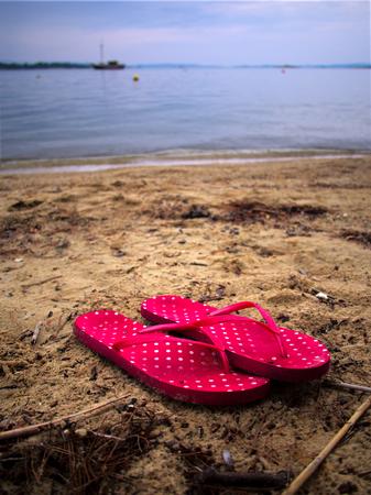 sandalias: Sandalias en la playa