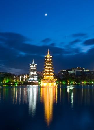 banyan: Banyan lago pagodas, Guilin, China, uno representa al sol, el otro la Luna Foto de archivo