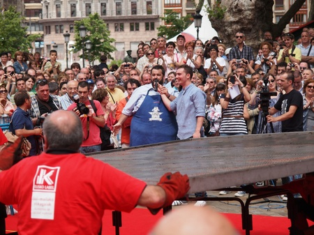 achieves: BILBAO, SPAIN - June 18: The famous cook David de Jorge achieves a World Guiness Record by cooking a 400 Kg Russian filet, on June 18, 2011 in Bilbao, Spain Editorial