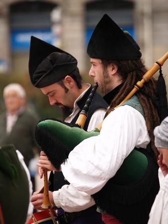 gaita: OVIEDO, ESPAÑA - 6 DE NOVIEMBRE: Bandas de Gaitas jugar cada fin de semana para los turistas en Oviedo, el 6 de noviembre de 2010 en Asturias, España
