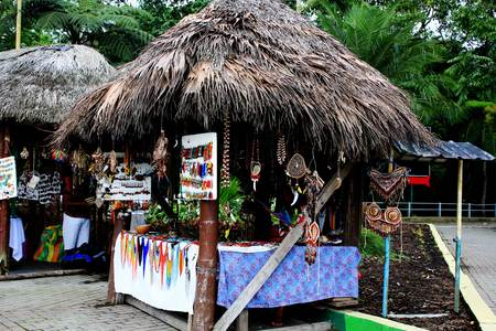Small market with Indigenous shops with roofs made of leaves selling local handicrafts in ecuador, latin america Banque d'images