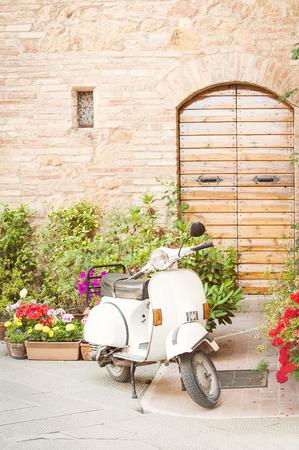 vespa piaggio: Uno dei mezzi pi� popolare in Italia, vintage Vespa Archivio Fotografico