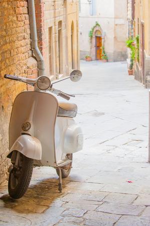 Vespa italiana en la calle Foto de archivo