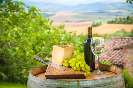 wine growing: Red wine and grapes with pecorino cheese the Tuscan, Italy Stock Photo