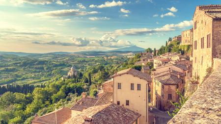 Montepulciano, 이탈리아의 벽에서 본 투 스 카 니의 풍경 스톡 콘텐츠