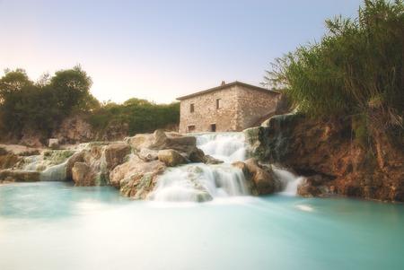 토스카나, 이탈리아에서 천연 온천을 폭포 스톡 콘텐츠