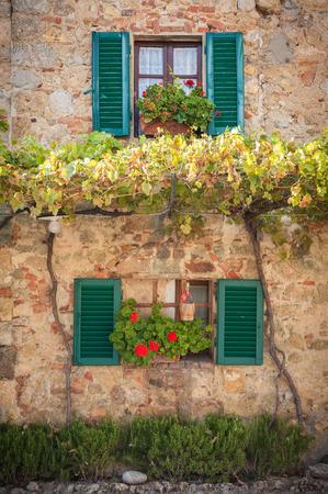 Ramen en deuren in de Toscaanse stad Stockfoto