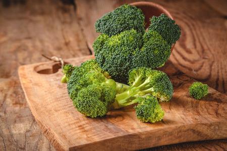 Groene heerlijke broccoli op een houten rustieke tafel