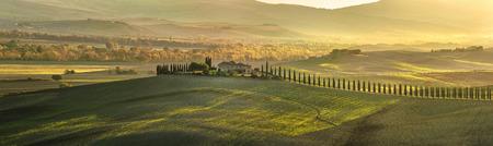 Panoramisch uitzicht op de Toscaanse huis met cipressen langs de weg Stockfoto
