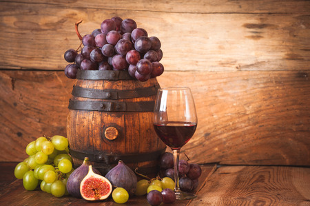 소박한 나무 tabel에 레드 와인, 포도 및 배럴 그림