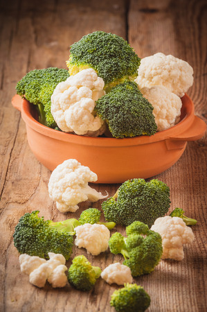 Delicious broccoli and cauliflower has a wooden rustic table Фото со стока - 33460587