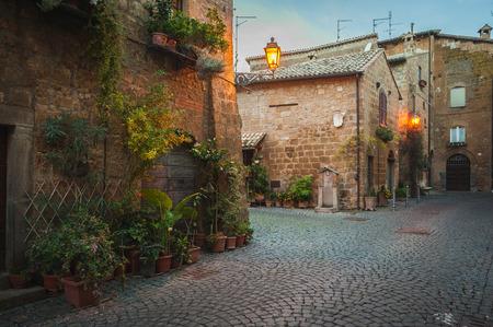 Avond straten van de oude Italiaanse stad Orvieto Stockfoto