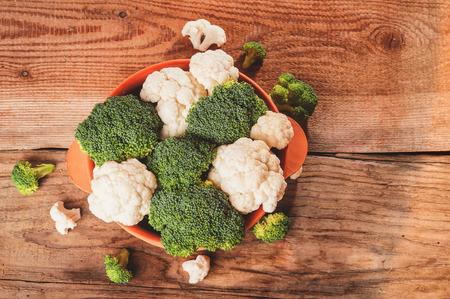 Heerlijke broccoli en bloemkool heeft een houten rustieke tafel