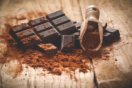 빈티지 스타일의 나무 테이블에 빛나는 다크 초콜릿.