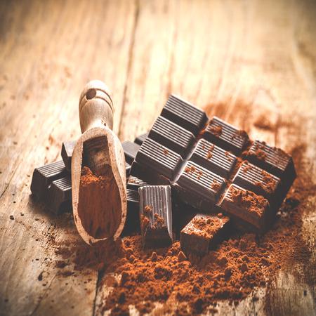 Nobele donkere chocolade op een houten tafel in vintage stijl. Stockfoto