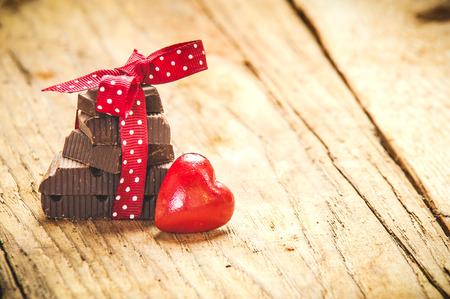 Chocolade met lint en hart op St. Valentijnsdag liefde.
