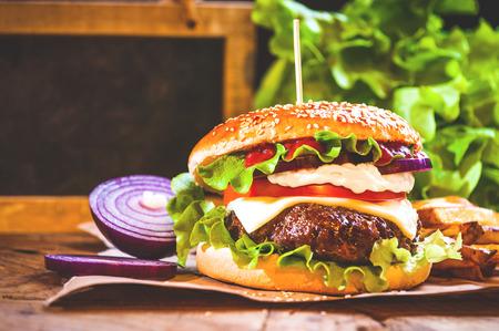 carne asada: Jugosa hamburguesa con papas fritas y fragante espacio de la copia hecha en casa Foto de archivo