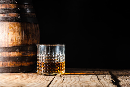 whisky: Alcool fort sur une table et tonneau en bois