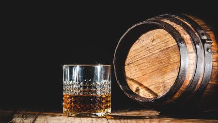 나무 테이블과 배럴에 강한 알코올