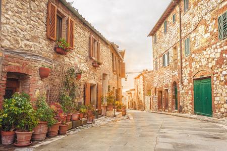투 스 카 니에서 이탈리아 마에서 오래 된 거리입니다. 스톡 콘텐츠