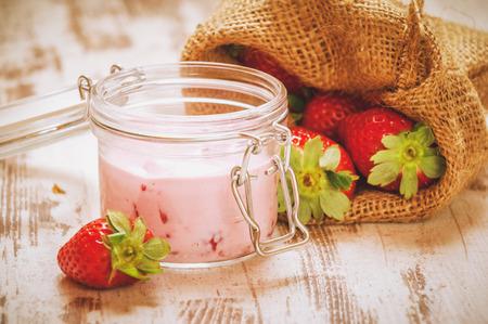robo: Owoce Wiosenne, truskawki w lnianym worku z truskawkowym jogurtem na drewnianym vendimia rob�.