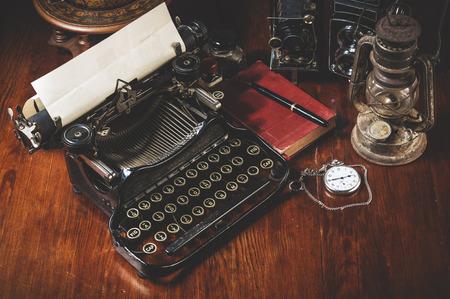 maquina de escribir: Forma tradicional y antiguo de la escritura de mensajes y tomando fotos, máquina de escribir, cámara, reloj, pluma, Lámpara de la vendimia en el escritorio Foto de archivo
