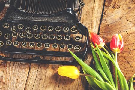 낭만적 인 편지 쓰기 타자기에서 꽃. 스톡 콘텐츠