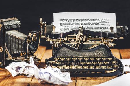 Op een vintage typemachine en horloge tijdwaarnemer voorgeschreven tekst. Stockfoto
