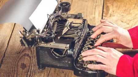 maquina de escribir: Secretario de la mano, escribiendo en una vieja m�quina de escribir.