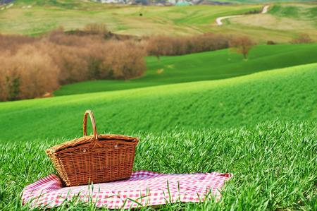 Toscaanse picknick op de groene lente gras met landschap op de achtergrond Stockfoto