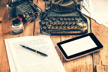 Digitale tablet, analoge machine, analoge camera bij het maken van een tekst in een artikel of studie. Stockfoto
