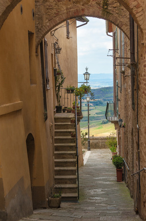 montepulciano: Narrow and winding streets of the small town of Tuscany, Montepulciano