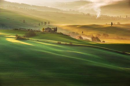 Prachtige Toscaanse landschap met lange schaduwen en nevels Stockfoto