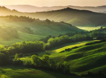 paisajes: Bellamente iluminado paisaje de la Toscana