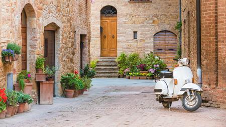 토스카나의 작은 마을과 인기 단일 트랙 차량, 오래 스쿠터 이탈리아 거리