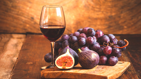 tabel: Fig with red wine, grape and barrel on rustic wood tabel