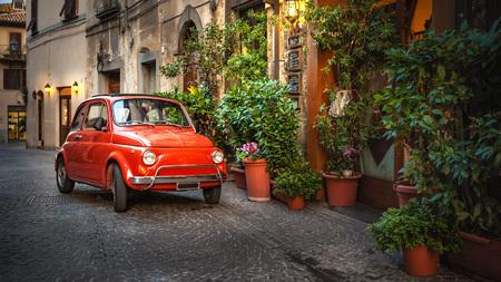 오래 된 빈티지 숭배 자동차는 이탈리아 마을에서, 식당에서 거리에 주차. 스톡 콘텐츠