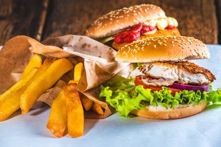 fish and chips: Hamburguesa de pescado con patatas fritas rústicas en el Libro Blanco para llevar Foto de archivo