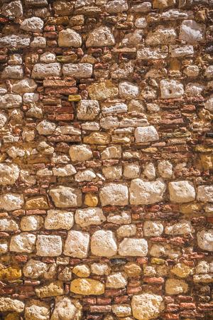 warm colors: Lleno de colores cálidos de las piedras de la pared de fondo italianas. Foto de archivo