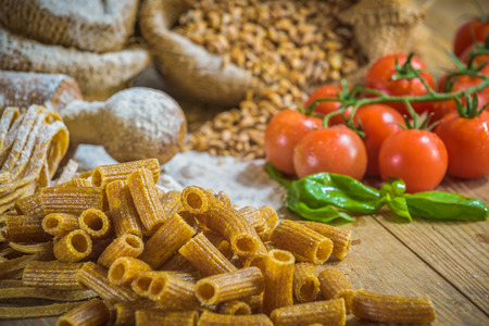 integral: Integral pasta with ingredients ingredients and tomatoes.