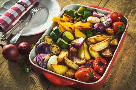 geroosterde groenten in een aardewerken pot Stockfoto