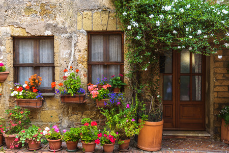 Flower filled streets of the old Italian city in Tuscany. Фото со стока - 60010460