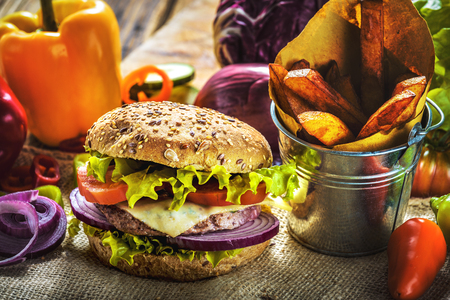 integral: Tasty and fragrant hamburger meat in a healthy integral bread. With the fresh tomatoes, onion and lettuce with the addition of fried chips.