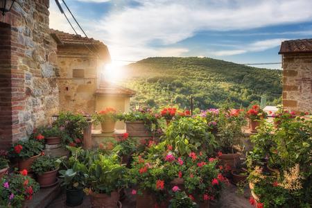 路地、通り、Petroio イタリア、トスカーナの美しい町の割れ目。 写真素材