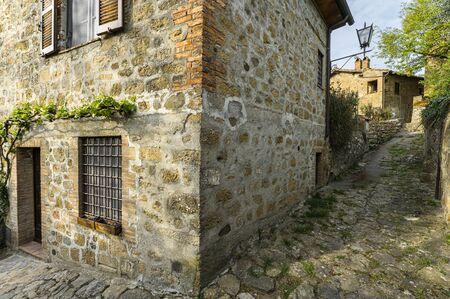 Rues et ruelles printanières de la ville italienne de Monticchiello
